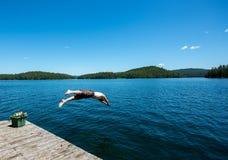 Equipe o mergulho em um lago no verão foto de stock royalty free