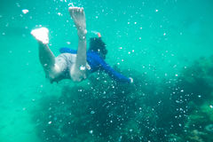 Equipe o mergulho no mar de andaman esmeralda no coral Imagens de Stock Royalty Free