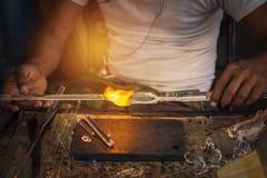 Equipe o ofício feito da mão do sopro de vidro com ventilador do fogo Fotografia de Stock Royalty Free