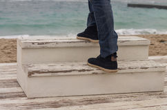 Equipe o pé do ` s que anda acima na escada de madeira imagem de stock