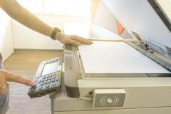 Equipe o papel de copi da fotocopiadora com controle de acesso para a luz solar de varredura do cartão chave da janela Foto de Stock