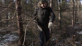 Equipe o passeio através da floresta e a utilização do machete vídeos de arquivo