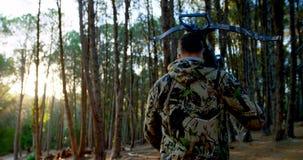 Equipe o passeio com curva e seta na floresta 4k filme