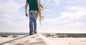 Equipe o passeio com placa da areia no deserto 4k filme