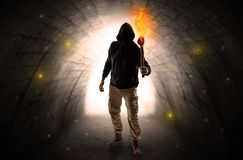 Equipe o passeio com tocha ardente em um t?nel escuro imagens de stock royalty free