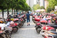 Equipe o passeio em um estacionamento bonde do 'trotinette' em Chengdu foto de stock