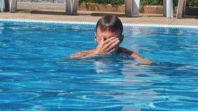 Equipe o passeio na piscina no dia ensolarado video estoque