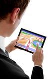 Equipe o PC do touchpad da terra arrendada com um programa da navegação foto de stock