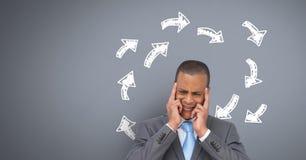 Equipe o pensamento duramente com setas da garatuja circundam no fundo cinzento Imagem de Stock Royalty Free