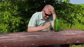 Equipe o pensamento perto da garrafa do álcool na tabela filme
