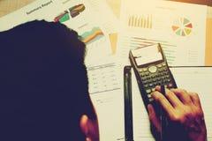 Equipe o pensamento sobre despesas com fazer a finança e calcule pro imagens de stock royalty free