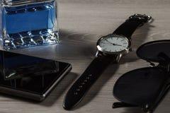 Equipe o perfume, olhe-o, telefone da venda, óculos de sol pretos Imagem de Stock