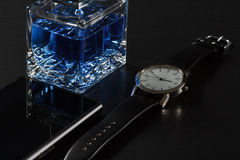 Equipe o perfume, olhe-o, telefone da venda, em um fundo preto Fotos de Stock