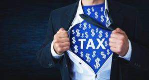Equipe o rasgo de sua camisa e mostrar a palavra do imposto com símbolos do dólar foto de stock royalty free