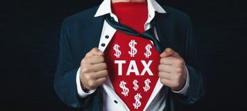 Equipe o rasgo de sua camisa e mostrar a palavra do imposto com símbolos do dólar imagem de stock