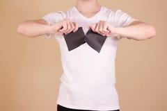 Equipe o rasgo de um pedaço de papel no folheto preto parcialmente vazio do inseto Imagem de Stock