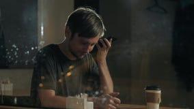Equipe o reconhecimento de voz com o telefone esperto na ordem de espera do restaurante do café, da mensagem masculina do uso do  vídeos de arquivo