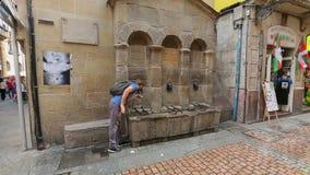 Equipe o refrescamento dcom água da fonte do cão perto do mercado local, Bilbao video estoque