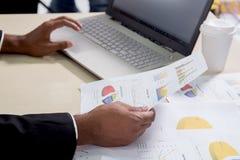 equipe o relatório financeiro anual da empresa da análise do consultante de investimento Foto de Stock