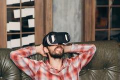 Equipe o relaxamento com os óculos de proteção da realidade virtual, close up fotos de stock royalty free