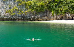 Equipe o relaxamento na água na praia tropical Fotografia de Stock