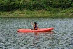 Equipe o remo em um barco do caiaque em Tailândia Imagens de Stock Royalty Free