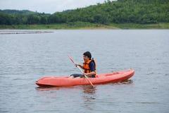Equipe o remo em um barco do caiaque em Tailândia Imagem de Stock