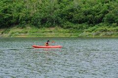 Equipe o remo em um barco do caiaque em Tailândia Fotos de Stock Royalty Free