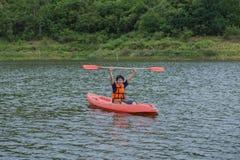 Equipe o remo em um barco do caiaque em Tailândia Foto de Stock Royalty Free