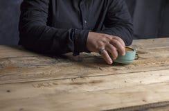 Equipe o retrowoode de madeira de pensamento do vintage da tabela do tempo da idade do pulso de disparo da mão fotos de stock