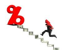Equipe o símbolo levando da seta para o sinal de porcentagem em escadas do dinheiro Foto de Stock Royalty Free