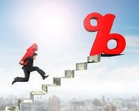 Equipe o símbolo levando da seta para o sinal de porcentagem em escadas do dinheiro Fotos de Stock