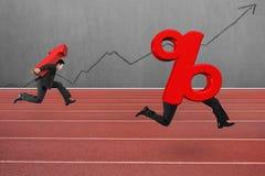 Equipe o símbolo levando da seta que corre após o sinal de porcentagem Fotos de Stock