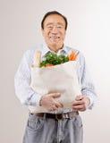 Equipe o saco de mantimento da terra arrendada completamente de frutas frescas Imagem de Stock Royalty Free