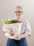 Equipe o saco de mantimento da terra arrendada dos vegetais e das frutas imagem de stock royalty free