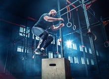 Equipe o salto durante exercícios no gym da aptidão Crossfit foto de stock royalty free