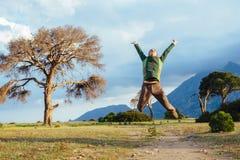 Equipe o salto no ar sobre a paisagem bonita do por do sol Fotos de Stock Royalty Free