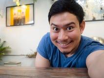 Equipe o selfie ele mesmo na tabela no café e no restaurante fotos de stock