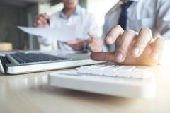 Equipe o sinal um seguro home em empréstimos hipotecarios, agente guarda o empréstimo Foto de Stock