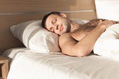 Equipe o sono na cama larga sob a cobertura branca fotos de stock