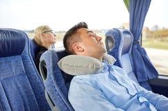 Equipe o sono no ônibus do curso com descanso cervical imagens de stock royalty free