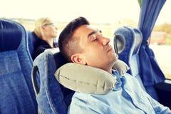 Equipe o sono no ônibus do curso com descanso cervical imagens de stock