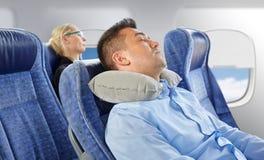 Equipe o sono no plano com o descanso cervical do pescoço foto de stock