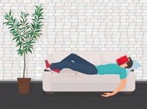 Equipe o sono no sofá do sofá com o livro que cobre sua cara O estudante cansado cai adormecido Foto de Stock Royalty Free
