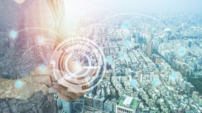Equipe o telefone do uso para conectar e a cidade com a linha conceito da conexão, tecnologia conceptual, globalização do Interne foto de stock royalty free