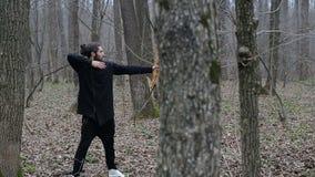 Equipe o tiro com uma curva na floresta video estoque
