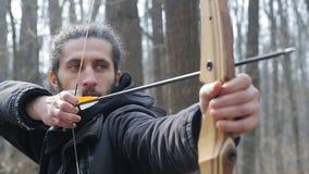 Equipe o tiro com uma curva na floresta filme