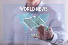 Equipe o toque de um conceito das notícias do mundo em um tela táctil Imagens de Stock Royalty Free