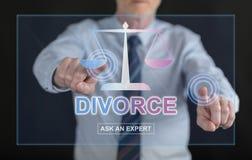 Equipe o toque de um Web site em linha do conselho do divórcio em um scre do toque foto de stock
