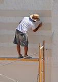 Equipe o trabalho em construir uma casa, fachada do cimento branco Foto de Stock Royalty Free